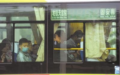 河北固安到大兴天宫院地铁站的通勤公交。京华时报记者潘之望摄