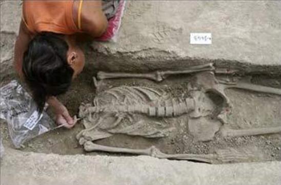 资料图:英国古罗马墓中发现的遗骸。
