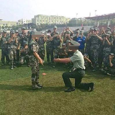 近日,青岛理工大学临沂校区军训教官向大一女生表白的图片在网上热传