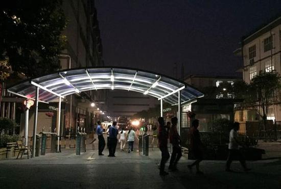 清晨的郑州富士康厂区,仍然灯火透明。 图/易方兴