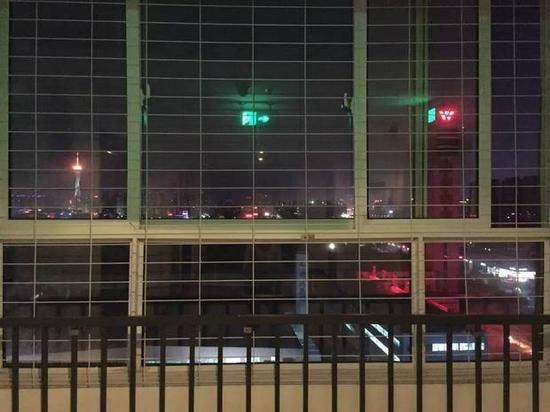 富士康长盛公寓同一加装了防跳网。图/易方兴
