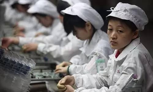 富士康流水线上的女工。图/腾讯谈论