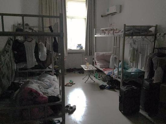 郑州富士康宿舍,虽是白昼,然而上日班的工人们现在恰是睡觉的时分图/易方兴