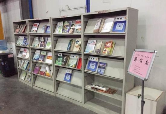富士康郑州加工区厂区的图书角,只要30本摆布的册本。图/易方兴