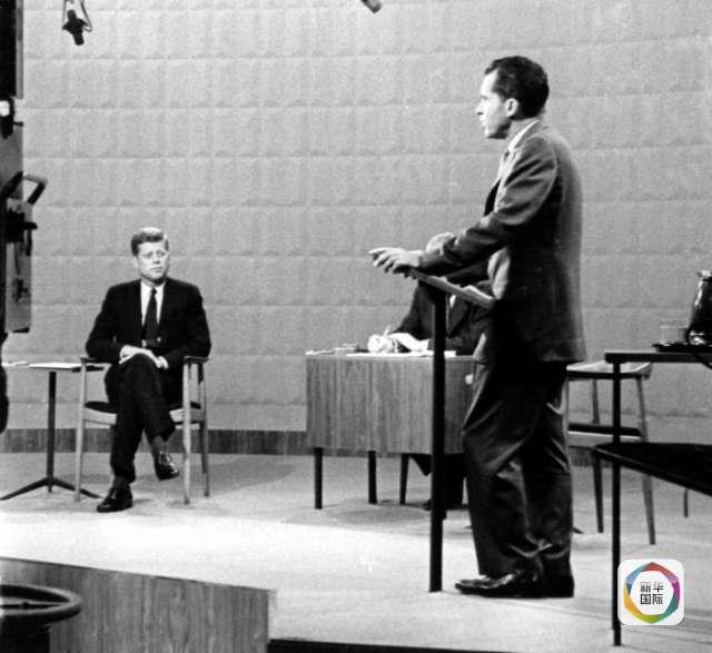 """那边厢,尼克松西装显得松松垮垮,还因选色不当而和背景板""""靠色""""。腿伤之故,站姿、坐姿都有点颓唐。更悲剧的是,黑白电视屏幕都掩盖不住他胡子拉碴、一脸惨白,而大灯照射时间一久,汗水腻住脸上的粉,惨不忍睹。"""