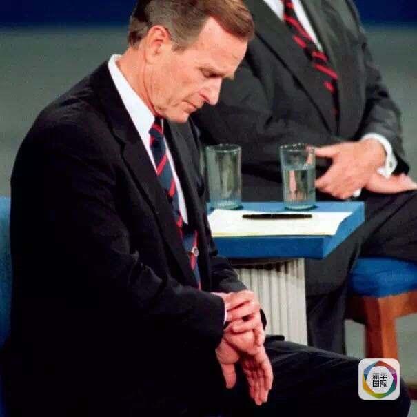 时任总统老布什在电视辩论中偷偷看表