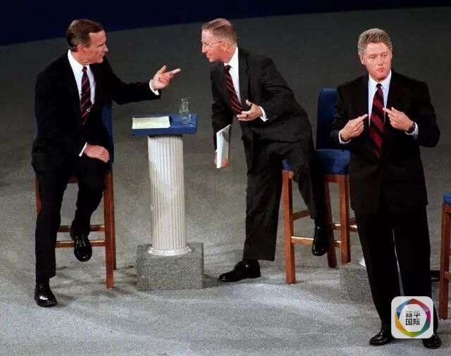 克林顿(右)在电视辩论中发言