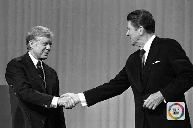 时任总统卡特(左)与共和党总统候选人里根在电视辩论现场