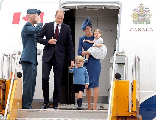 【环球网综合报道】据英国《每日邮报》9月26日报道,24日,英国威廉王子和王妃凯特带乔治小王子和夏洛特小公主抵达加拿大访问。这一家四口为确保自己的形象完美而选择统一颜色的着装,然而,这种服装却被一些苛刻网友评论认为太过时。