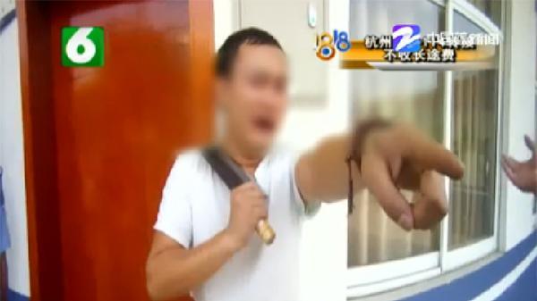 男子冲进警察局把菜刀架在脖子上要轻生。