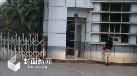 9月27日早上6时15分,牟其中唯一指定代理人夏宗伟登记进入洪山监狱接牟其中。