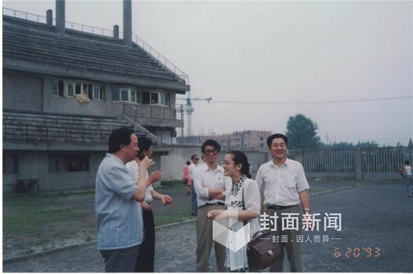 1993年6月20日 牟其中(左一)在成都。