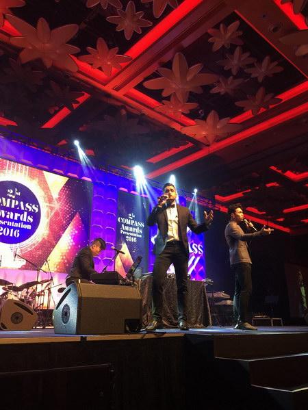 Jovany Javier与王梓轩台上合唱