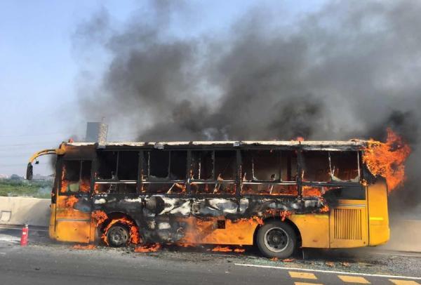 9月27日下午,南沙港快速南往北方向,距仑头收费站约200米处,一辆校巴起火。微博 图