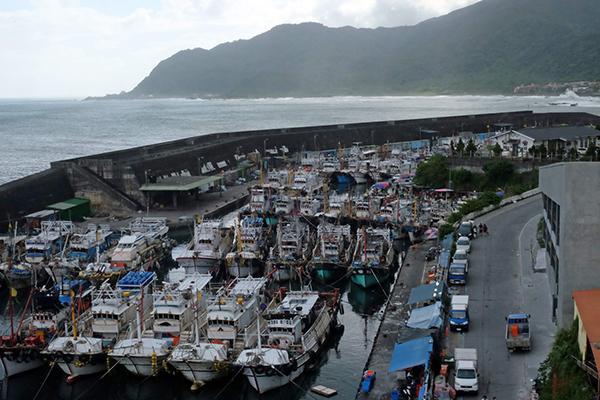 """9月26日,台湾东部宜兰县,飓风""""鲶鱼""""迫近,渔船泊岸。"""