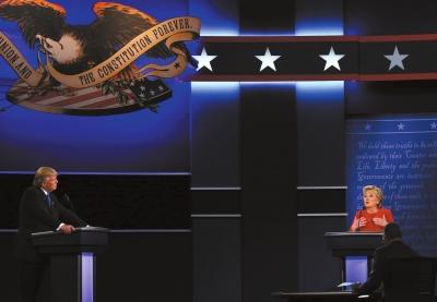 希拉里·克林顿(右)和唐纳德·特朗普进行首场电视辩论。新华社发