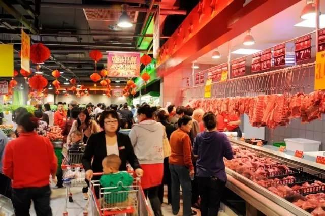 农副产品新鲜干净,价格便宜,永辉迅速打开局面,取得了市场认可,接着张轩松又开始建立生鲜商超壁垒,独门杀手锏了。