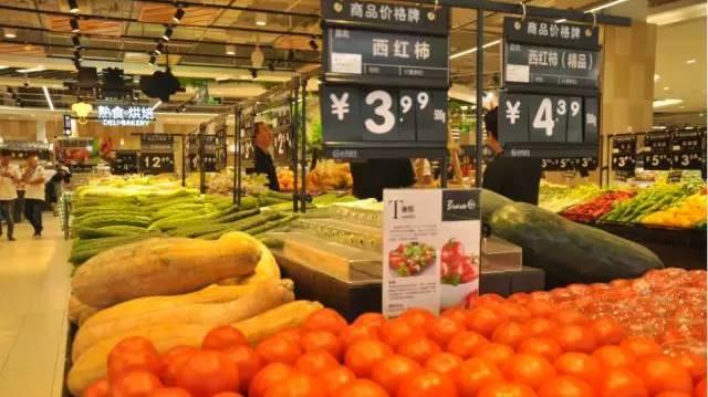 2004年,张轩松在解决好永辉核心盈利模式和员工激励计划后,开始在全国范围内拓张,一年的时间在重庆,成都开出了5家门店,年营收20亿。