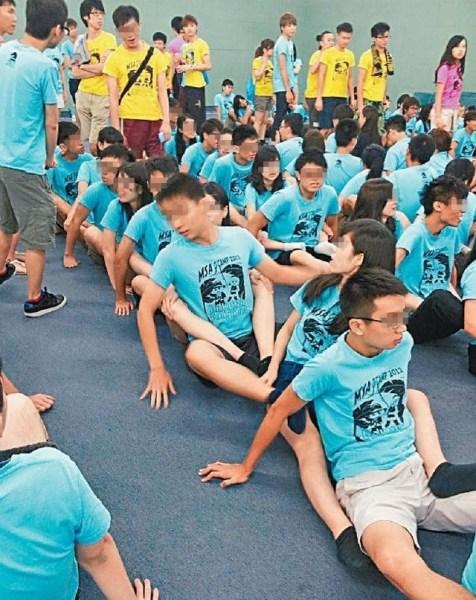 此前,香港另一高校曾被爆在迎新营中男女生大玩湿身水战、人肉三明治等,遭到社会严厉批评。图为该校迎新营画面,男女生以脚夹着前方同学。