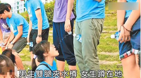 女生蹲在地上喝水。