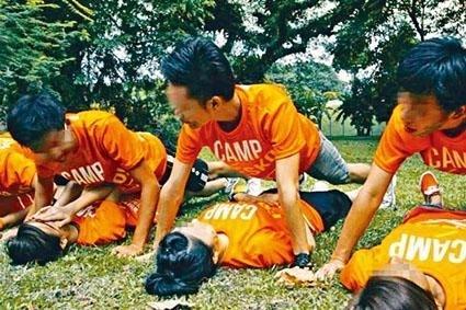 新加坡一高校的迎新营活动现场。