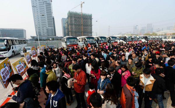 资料图:南京一看房团准备出发前往楼盘看房。新华社记者 季春鹏 摄