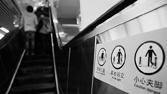 他剖析说,扶梯实在许多时分会由于电压不稳而忽然加速,而夹到粗大的渣滓或许烟蒂也会招致电梯忽然搁浅,若是搭客正在步行,很简单失掉平衡。