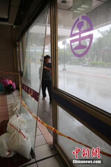 """9月27日,""""鲇鱼""""台风横扫台湾,强风暴雨造成树倒车翻,造成人员死伤。据台湾灾害应变中心统计,至27日晚上8时,台风造成4死268伤。图为台北车站吹坏的玻璃门。中新社记者 黄少华 摄 视频:台风""""鲇鱼""""登陆台湾花莲 来源:央视网"""