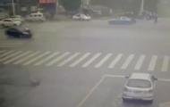 协警被撞飞空中翻转4圈