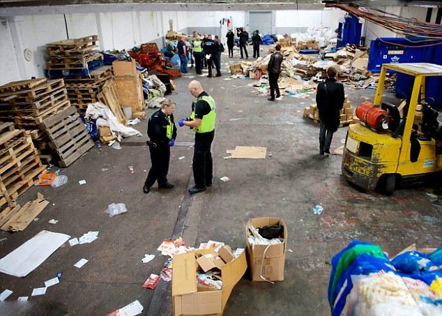 【环球网综合报道】据英国《每日邮报》9月27日报道,近日,英国西布罗米奇警方突袭了当地2家瓶盖回收厂,搜查出现代社会隐性的奴隶买卖犯罪活动,并控制3名涉案犯罪分子。