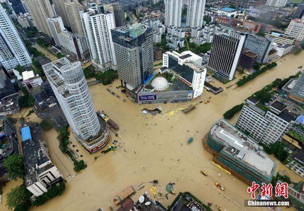 """台风""""鲇鱼""""侵袭福州,航拍内涝中的城区。(来源:中新网)"""