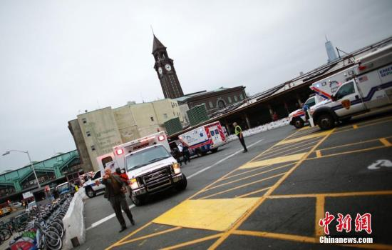 救助车、紧迫营救职员在达现场对受伤职员停止救治;据称现场发觉局部职员伤势重大,有人流血、昏倒。