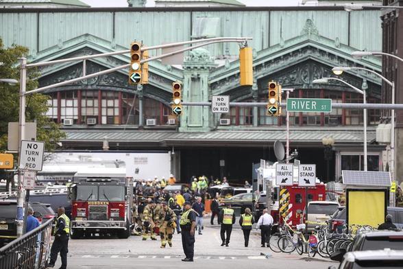 一辆交统统勤列车9月29日在美国新泽西州一车站发作撞车事变,已形成最少1人殒命、逾百人受伤。(图像来历:新华社)