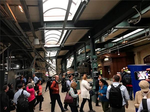 一辆交通通勤列车9月29日在美国新泽西州一车站发生撞车事故,已造成至少1人死亡、逾百人受伤。(图片来源:路透社)