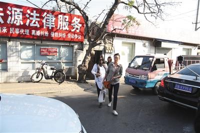 昨日,张铁林同訾女士(前)争夺儿子抚养权一案开庭,张铁林私生女的母亲侯女士(后)也同时现身。新京报记者 王飞 摄