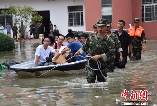 图为:武警温州支队官兵解救被积水围困的1000余名学生。 武警温州支队供图 摄