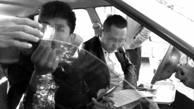 经过一宿排队,挂号成功后,号贩子团伙相关人员发给记者一百元钱。