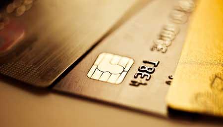 对于信用卡和借记卡(就是储蓄卡),两种卡休眠产生的后果是截然不同的。虽然部分借记卡都会收取一定的年费或者小额账户管理费,可一旦休眠账户的余额不足以缴纳年费时,超过一定期限后,银行会自动注销欠费状态,因此休眠不会影响到个人信用。