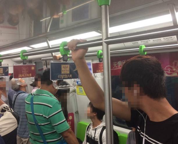 女孩地铁上没让座被大叔骂3站路