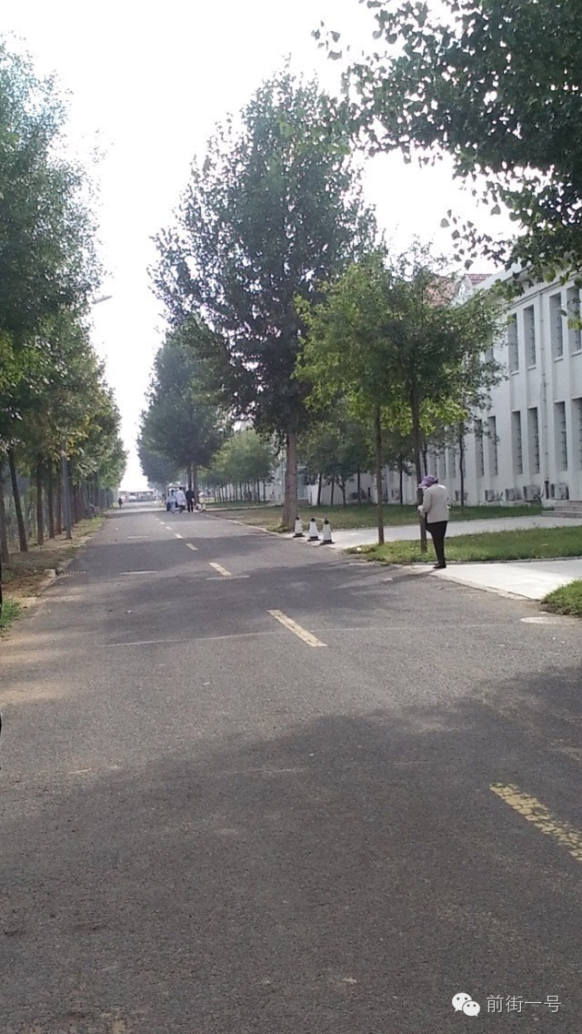 30日早上8点,行刑人员(远处白衣者)走进看守所大楼。受访者供图
