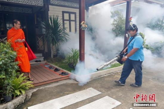 当地时间9月14日,泰国曼谷工作人员喷洒灭蚊剂,防止寨卡病毒传播,泰国2016年约出现200例寨卡病毒感染案例。