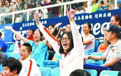 昨晚的比赛中,傅园慧在看台上激情为队友加油。 本报记者 饶强摄