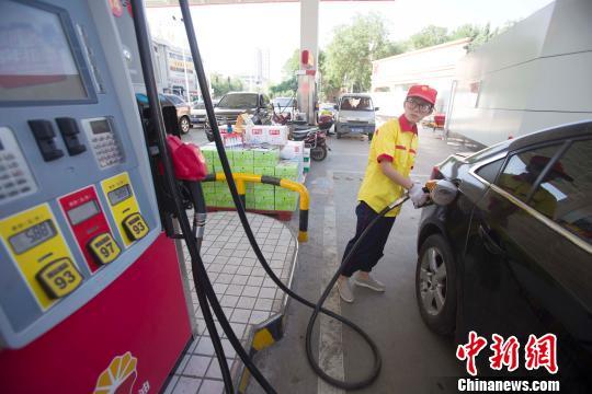 山西太原一加油站工作人员正在给车辆加油。 张云 摄