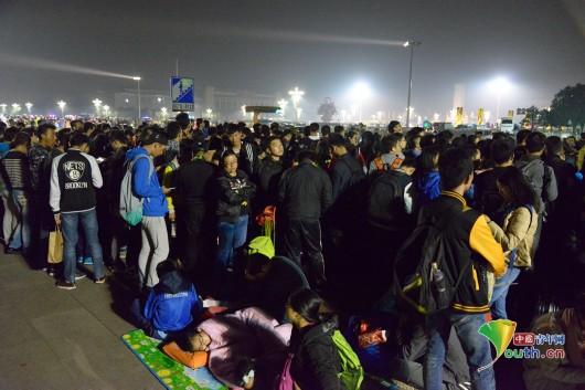 10万游客观看天安门广场升国旗仪式(图)