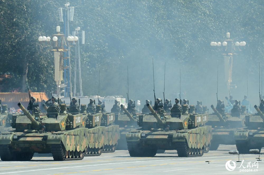 99式坦克在93阅兵中接受检阅。 图片来源于人民网