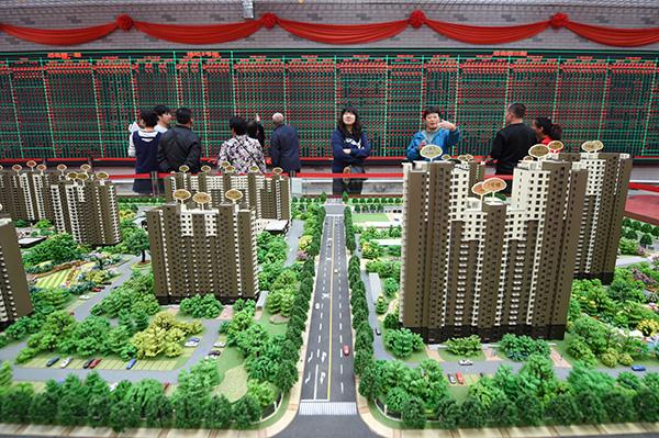 9月30日,在北京市通州区潞城镇棚户区改造二期选房中心,居民在看房选房。 新华社 图