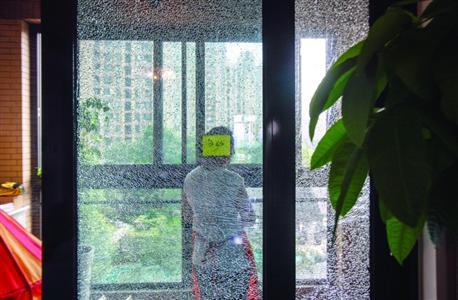 不少业主家爆裂的玻璃还没来得及更换 /晨报记者 张佳琪