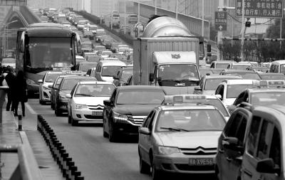 昨天早上7时一直到中午12时,武汉市汉口北大道出城的道路,从汉口金桥立交桥到武汉市民之家路段,车辆缓行,堵成长龙。图/东方IC