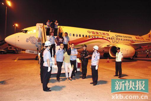 中国海关首次采用民航包机押解犯罪嫌疑人。 通讯员供图