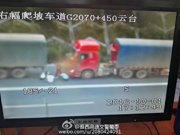 图为两辆货车上下来的四人正在应急车道内做饭。